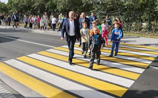 Как правильно переходить дорогу пешеходу по ПДД: правила перехода и обязанности в 2020 году