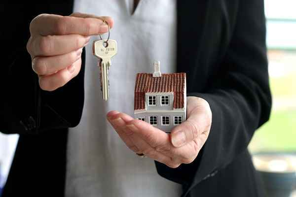 Как переоформить квартиру на другого человека в 2020 году: после смерти, доли, документы