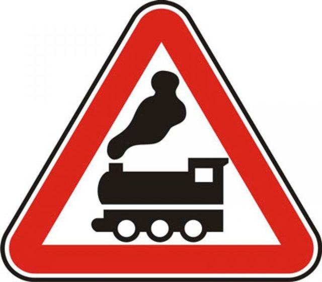 Железнодорожный переезд со шлагбаумом и без: правила проезда в 2020, знак