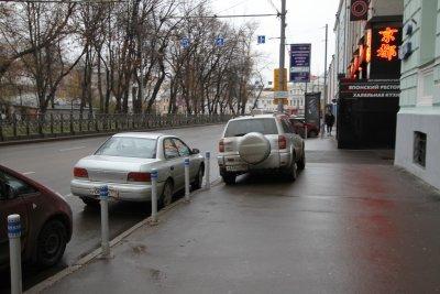 Штраф за парковку на тротуаре в 2020: разрешена ли, куда жаловаться