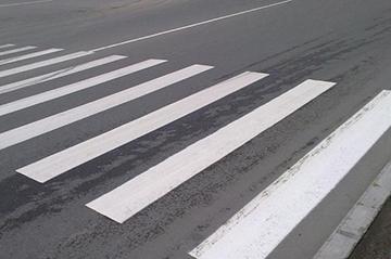 Как правильно переходить дорогу пешеходу по ПДД: правила перехода, обязанности в 2020 году